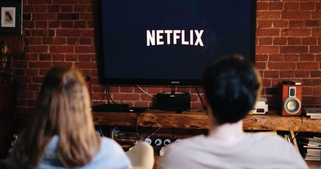 deux personnes regardent netflix avec vpn